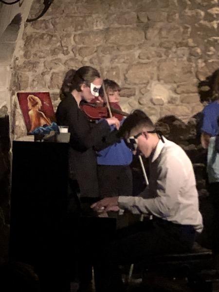 Ensemble Toujours, au Théâtre de Nesle, Bryan Chenna (auteur et metteur en scène de la pièce) au piano et Margot Descouens au violon ©zenitudeprofondelemag.com